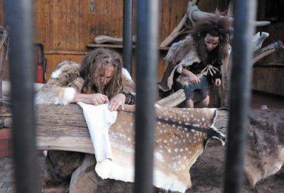 波兰华沙动物园推出模拟原始人生活展