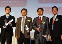 理财产品满意度前三名代表与颁奖嘉宾合影