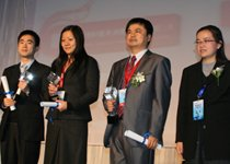 贵宾理财满意度前三名代表与颁奖嘉宾合影