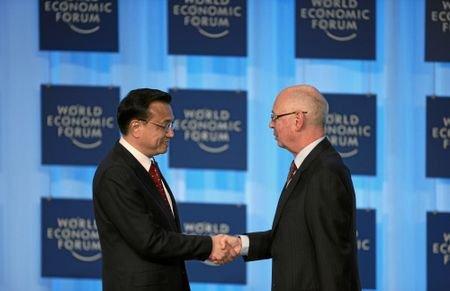 图文:中国副总理李克强与施瓦布握手