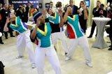 南非代表团表演热舞宣传世界杯