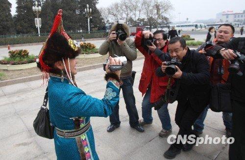 """图:女委员与记者在人民大会堂前""""对摄"""""""