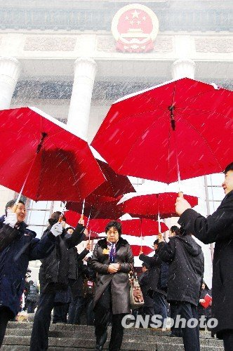 """两会瞬间:北京降雪代表走过大会堂前""""伞廊"""""""