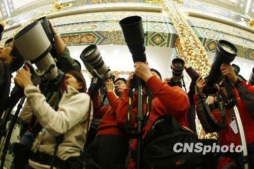"""温总理记者会:金色大厅里的""""长枪短炮"""""""