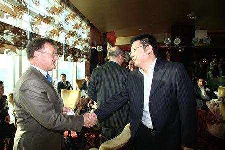 图文:约翰.奎尔奇教授与分众CEO江南春握手