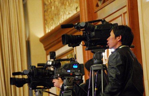 图文:电视台记者对期指启动仪式进行转播