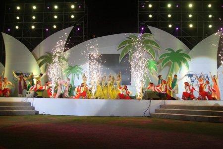 博鳌之夜演员在台上载歌载舞