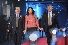 王连洲、刘倩、郑秉文走过红毯