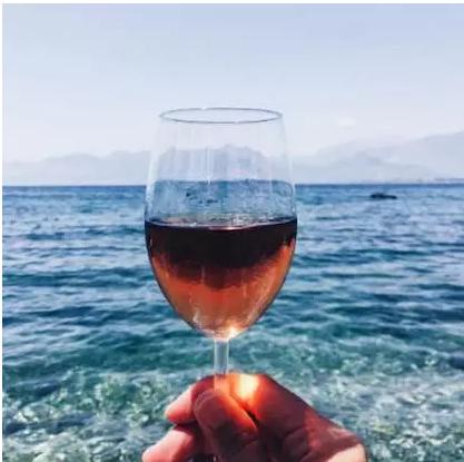 现在的年轻人不再喜欢一本正经的喝葡萄酒了。