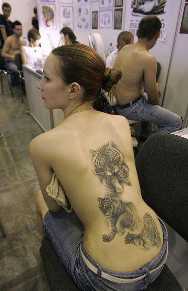 一名女子展示她脚上的纹身
