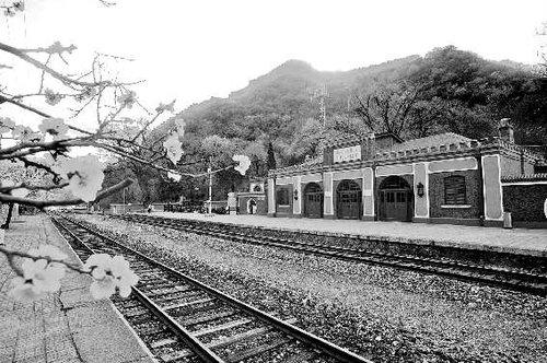 詹天佑主持设计的京张铁路青龙桥站就在八达岭附近的长城脚下,如今仍图片