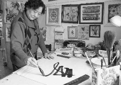 她把绳编和绘画二者有机结合起来,成为更美丽的艺术品.