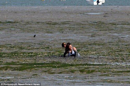 两名11岁女孩为救宠物犬深陷泥潭险喜欢(女生的见到的v女孩组图送命