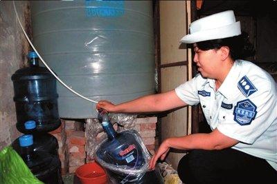 城管查获假冒桶装水