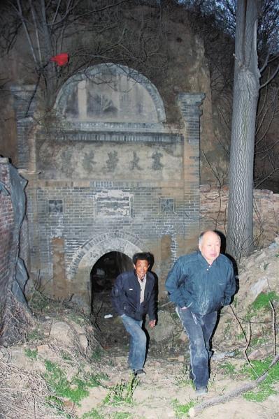 村民称挖到上千块墓碑 文物局:是混凝土块