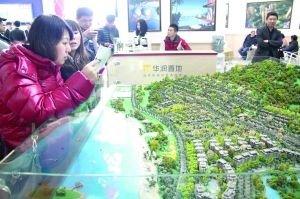 购房者在北京春季房展会上咨询楼盘情况。本报记者 车亮 摄
