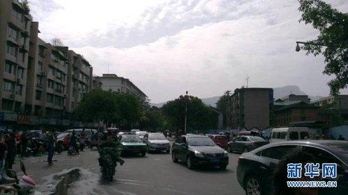 四川雅安7.0级地震 雅安街头出现拥堵情况