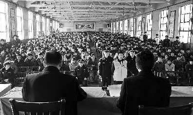 济宁市中区人民法院在山东矿山机械厂技工学校现场开庭审理了一起