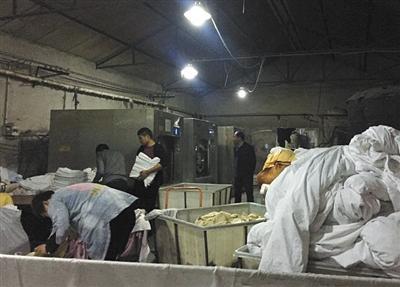 3月17日深夜,南沟村的洗涤厂灯火通明。分拣、洗涤、熨烫都挤在一个脏乱的小车间内。