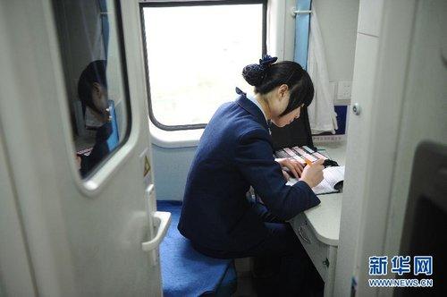 [脚丫]90后春运美女组图乘务员人列车踩美女图片