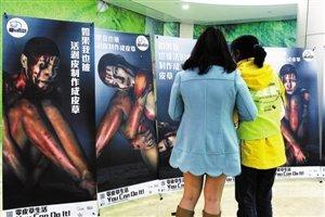 是本人体艺术_昨天,皇城广场博纳电影院,两位观众正在观看模特吴瑞君反皮草人体艺术