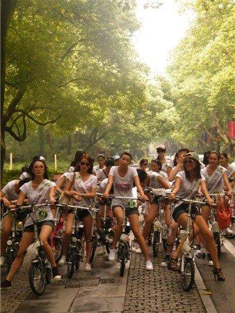 绿源电动车低碳之星环游西湖 倡导绿色时尚