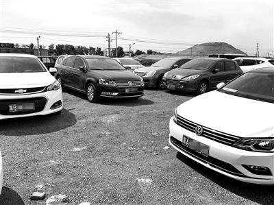城市副中心行政办公区旁的潞城地铁站停车场约有一半车辆挂着外地牌照