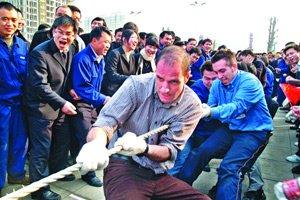 """意大利同事喜欢上了""""拔河""""这项中国传统民俗运动。"""