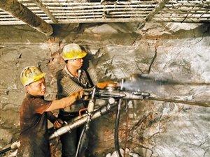 工人们正在新彩隧道中钻孔.图片