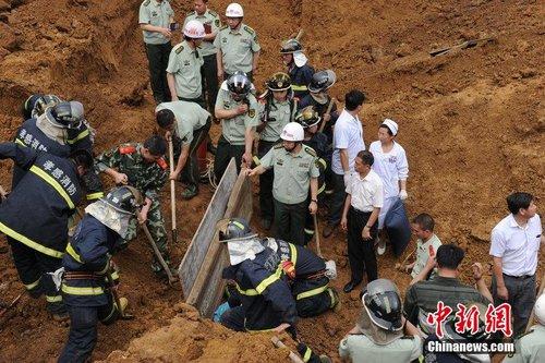 湖北工地塌方3名消防员牺牲 中队长保持托举战友姿势