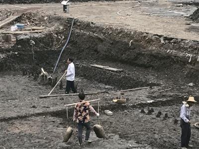 杭州西湖边疑发现历史遗迹 机械开挖改人工挖掘