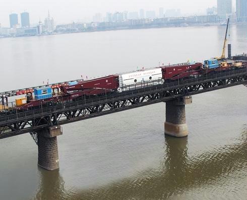 亚洲载重最大钳夹式货车完成首次运输任务