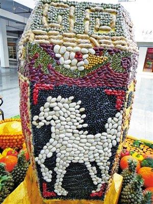 图为市民创作的果蔬创意堆头.深圳商报记者 关键 摄图片