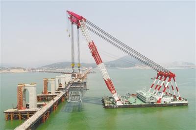 """""""   为攻克复杂海域海峡大桥建设技术难关,中铁大桥局成立了以中国"""