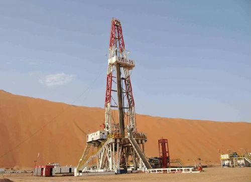 这是2015年8月14日拍摄的中国石化中原油田位于沙特阿拉伯沙漠腹地的一个石油钻井平台。新华社记者王波摄
