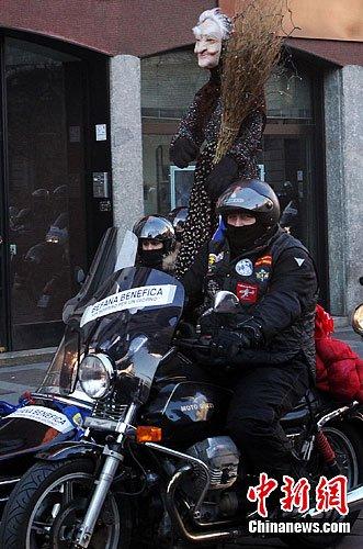 意大利万辆摩托车米兰街头列队庆祝新年(组图)