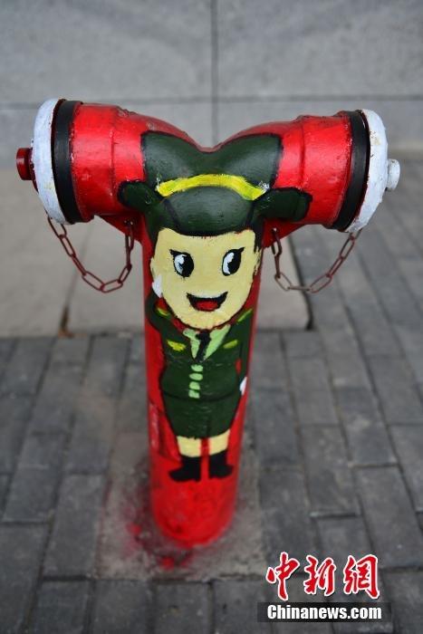 """重庆街头消防栓""""卖萌"""" 创意设计宣传防火知识"""