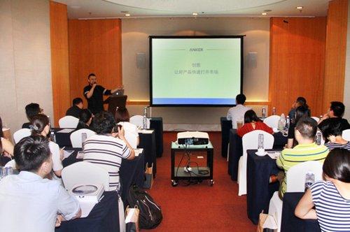 蓝色光标电商创意总监刘桀先生发表演讲图片