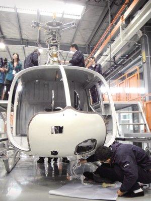 一架两人座直升机=一辆法拉利轿车高清图片