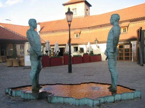 尴尬的街头艺术:欧洲人体喷泉