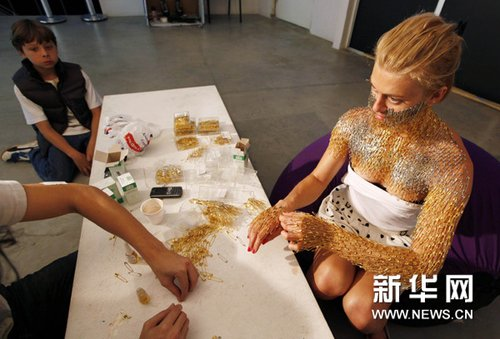 人体艺术之22_组图:金光闪闪的人体艺术
