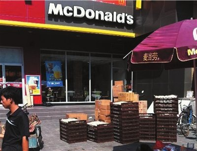 汉堡原料面包暴晒 麦当劳遭网友曝光