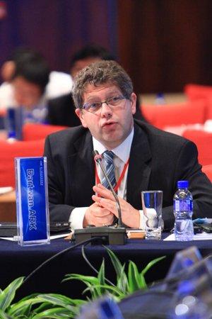 图文:世界大型企业研究会高级副总裁巴特