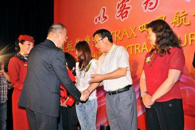国航党委书记樊澄向媒体监督员颁发聘书-王泽民摄影