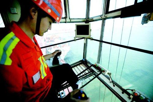 门机工人正在青岛西海岸经济新区内的图片