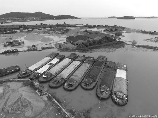上海4000吨垃圾倾倒太湖被逮 这肮脏生意每船2000元