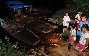 渔业养殖户在棉花滩水库边查看死鱼