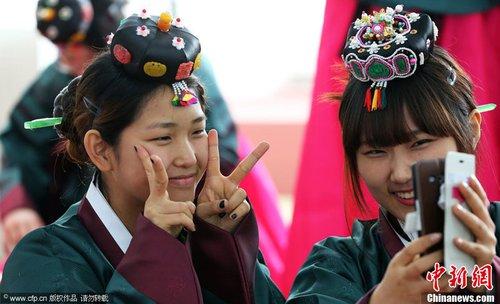 成人�9��y�dynl�yi*�i*�)�h�_韩国高中女生传统韩服装扮参加成人礼
