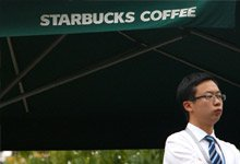揭露星巴克:【国外路边摊,在华装高端】星巴克美式咖啡售价中国比美国贵75%