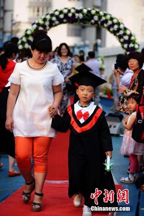 青岛一幼儿园毕业走红毯 父母盛装出席